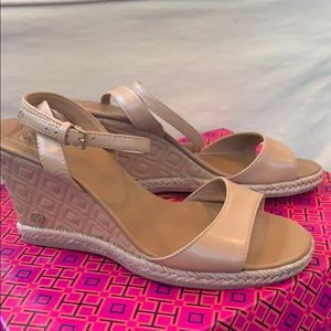 Nude Wedge- Tory Burch Marion Quilted 85mm sz 7